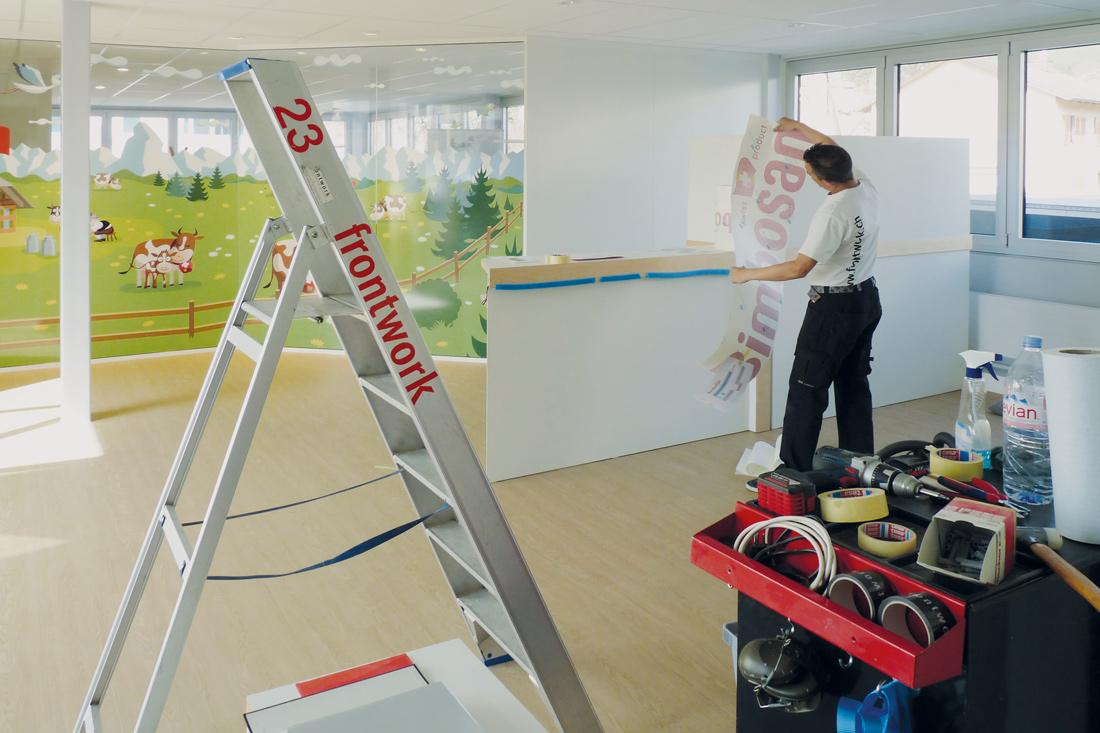 Folierung und Aufbauarbeiten im Showroom