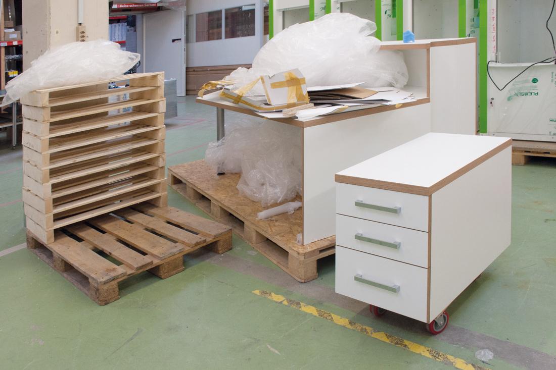 Holmoebel im Bau in der Werkstatt