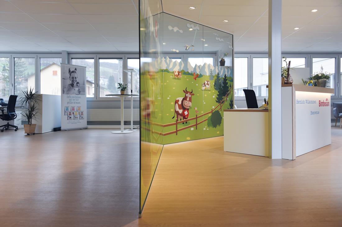 Showroom Bilder: Raumteiler transparent mit Sujets der Bimbosan-Welt bei der Empfangstheke