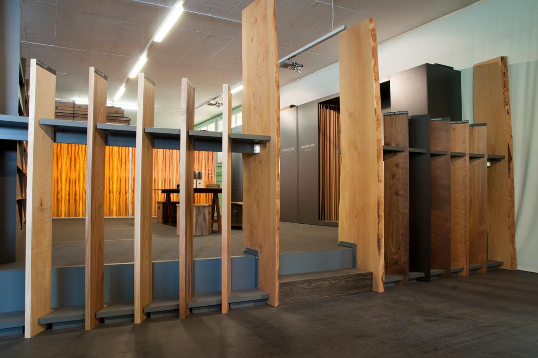 Edle Raumtrennung aus Massivholz mit Durchgang
