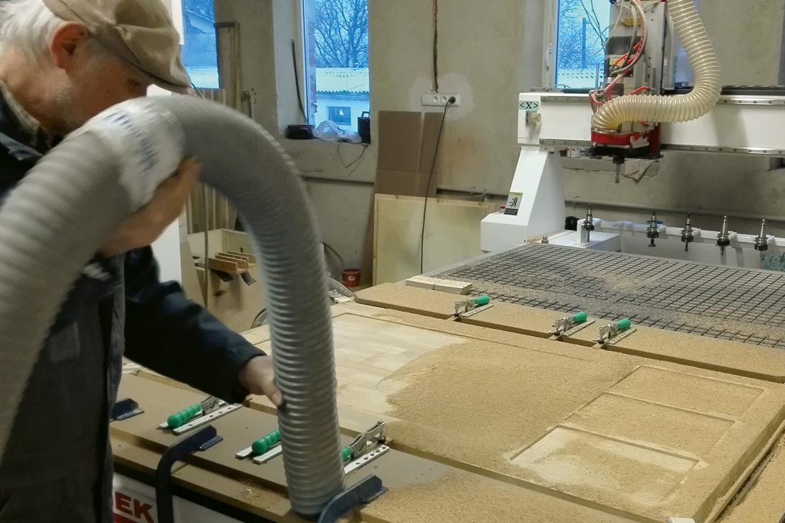 Mitarbeiter beim fraesen in der Werkstatt