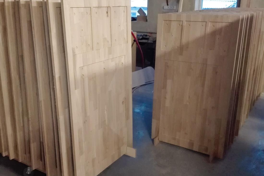 Vorgefertigte Holz-Info-Stelen