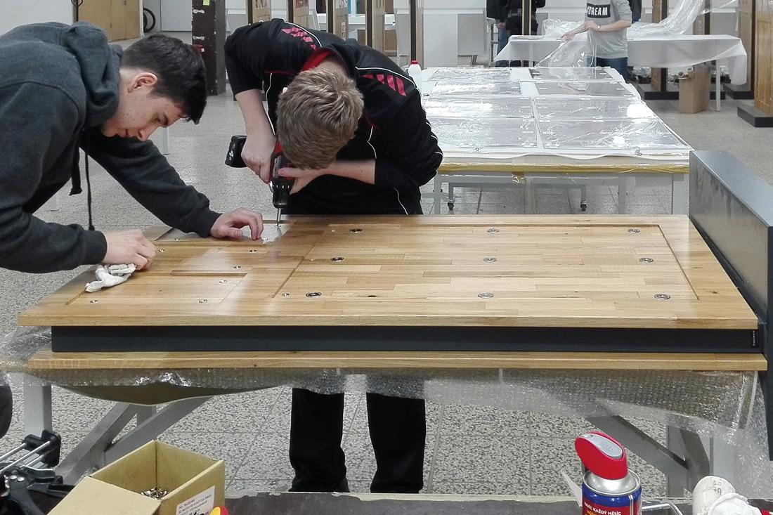 Montage der flaechenbuendigen Magnete: Zwei frontwork Mitarbeiter bei der Montage