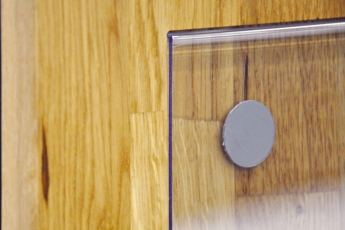 Magnetbefestigung auf Holz und abgerundetes Plexiglas: Nahaufnahme