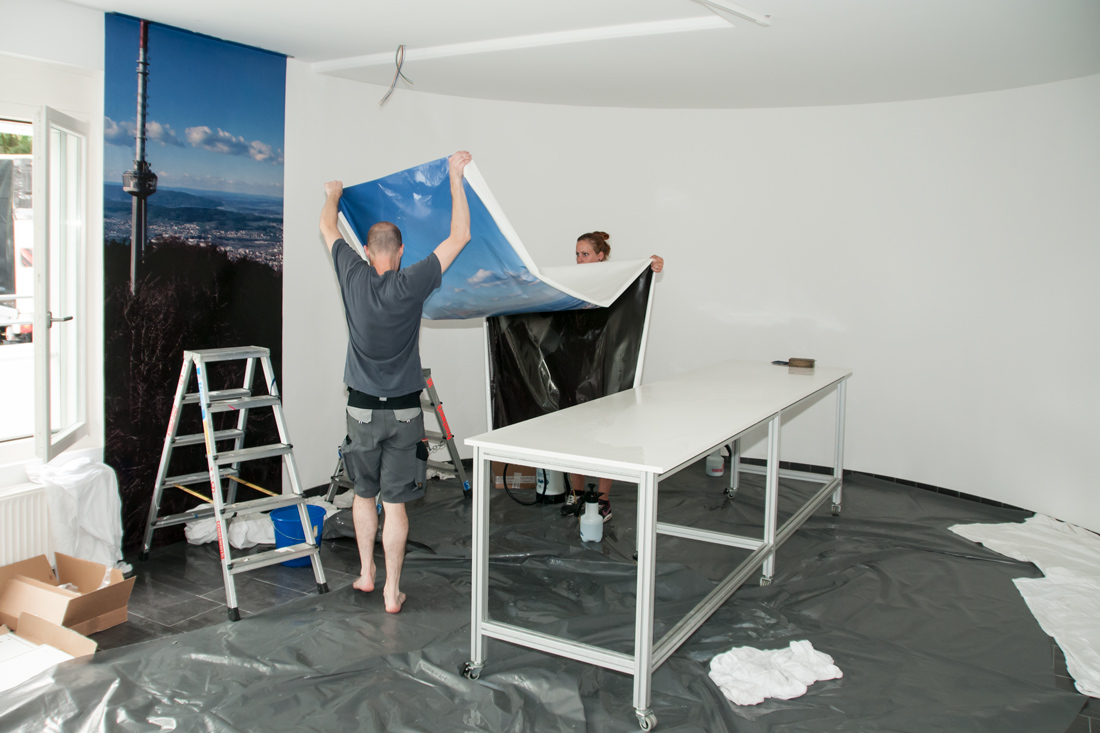 Wandbild als Tapete macht aus dem Sitzungszimmer Lebensraum