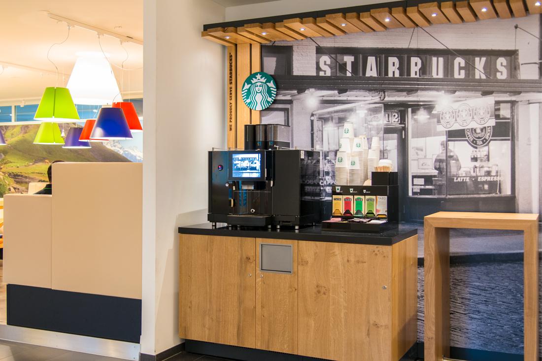 Starbucks Ecke macht aus dem Arbeitsplatz einen gemuetlichen Lebensraum