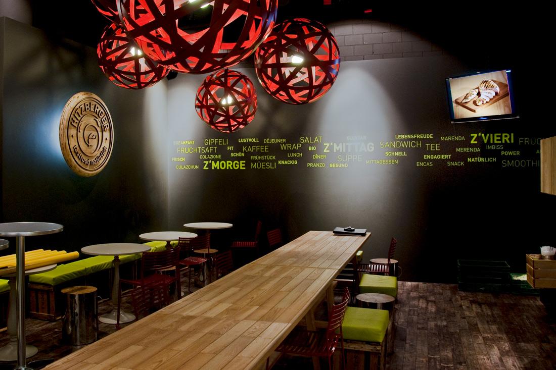 Bildwelten Marke Hitzberger-Konzept: Restauration in dunkel und hellgruenen Farben mit roten Haengelampen