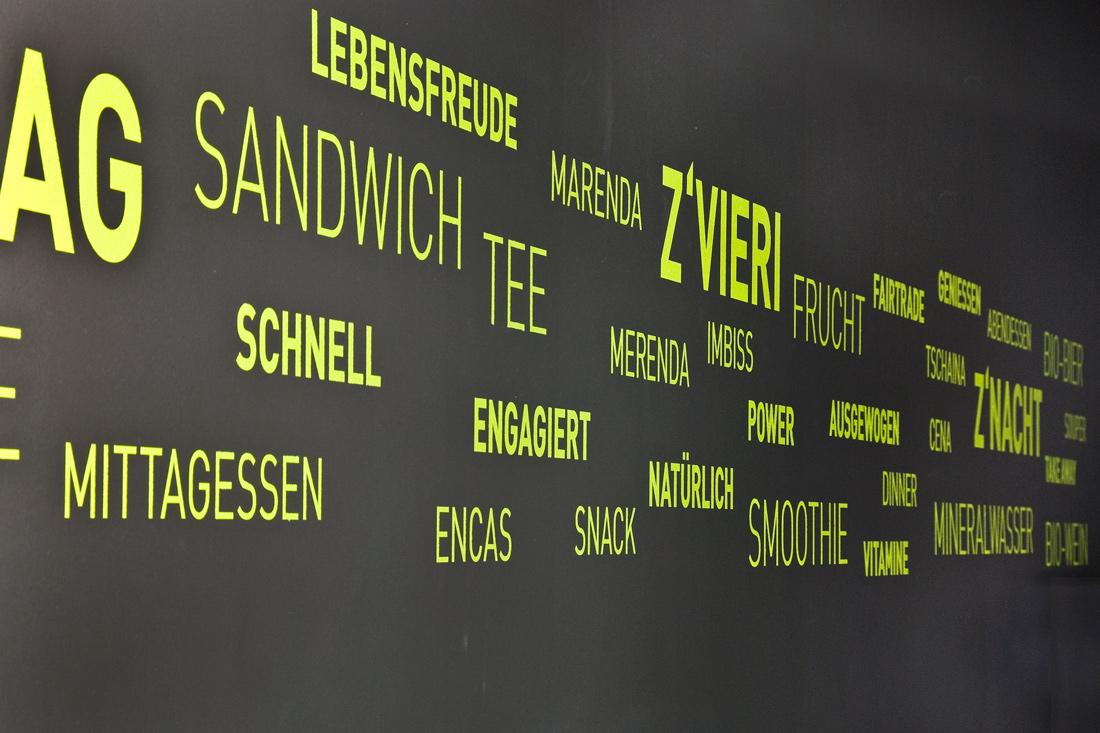 Digitalprints, Folientexte und eine mit umweltfreundlichen, stromsparenden LED ausgeleuchtete Leuchtschrift: Sandwich, Mittagessen etc.
