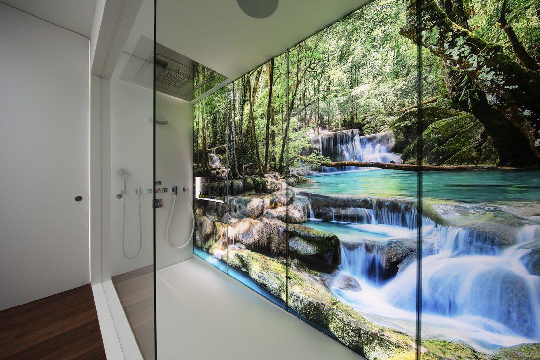 Glaswand-Design kunstvoll umgesetzt: Das Bild spiegelt sich rundum