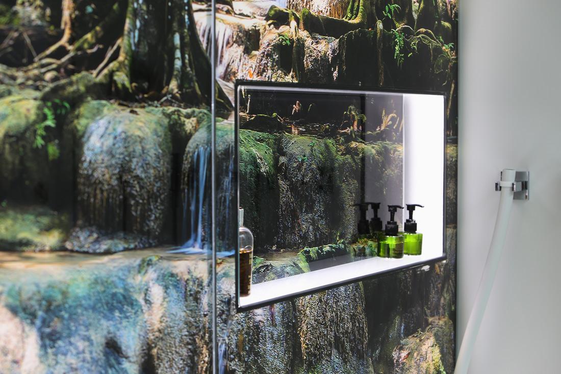 harmonisch umgesetzter Einbau als Duschmittel-Ablage mit hintergrundbeleuchtetem Motiv