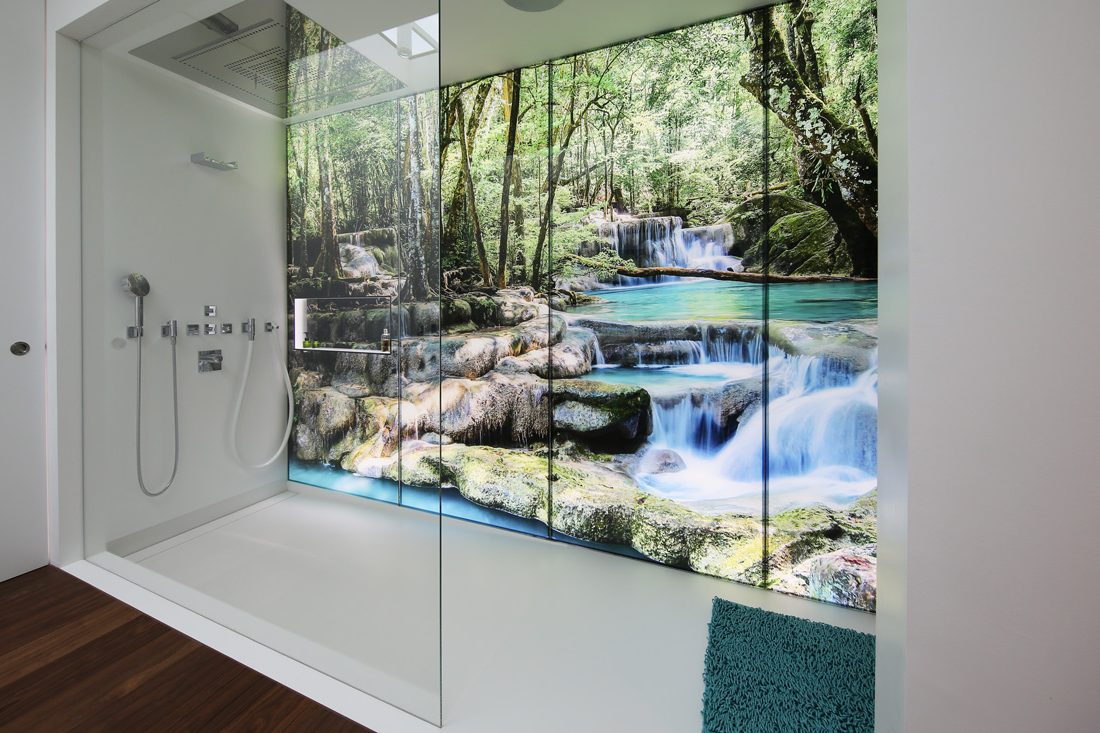 Die ganze Glaswand mit Regenwaldsujet: Private Wellness-Oase