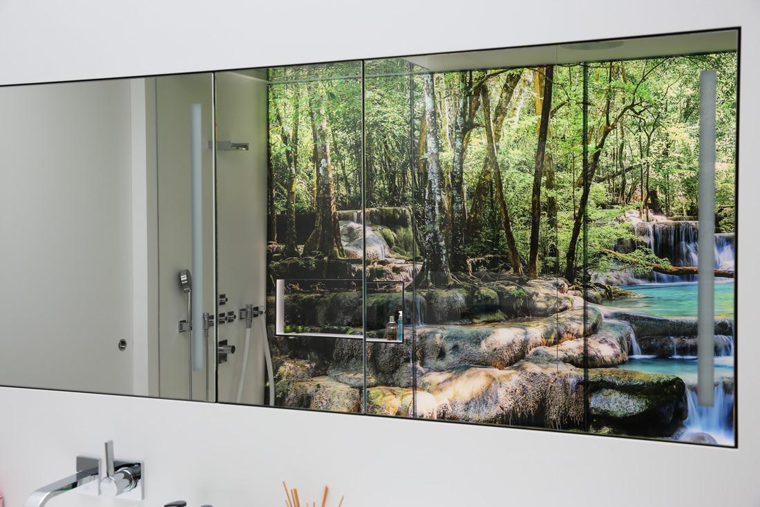 Spiegelbild der Glaswand im Spiegelschrank und Wiederholung des Sujets