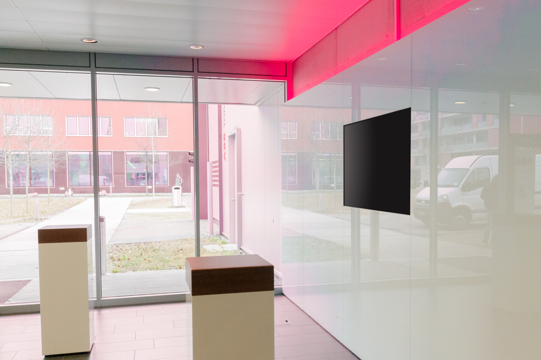 Heller Raum und rot leuchtende LED an der Wand im oberen Bereich