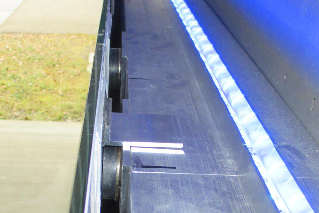Ausgekluegelte Konstruktion von Frontwork ermoeglicht sicheres Befestigen der schweren Glaswand.