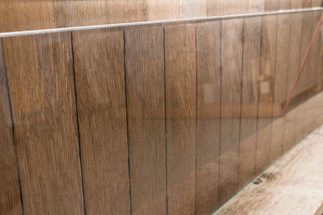 Glasflaeche des Verbundglases mit edlem Holz