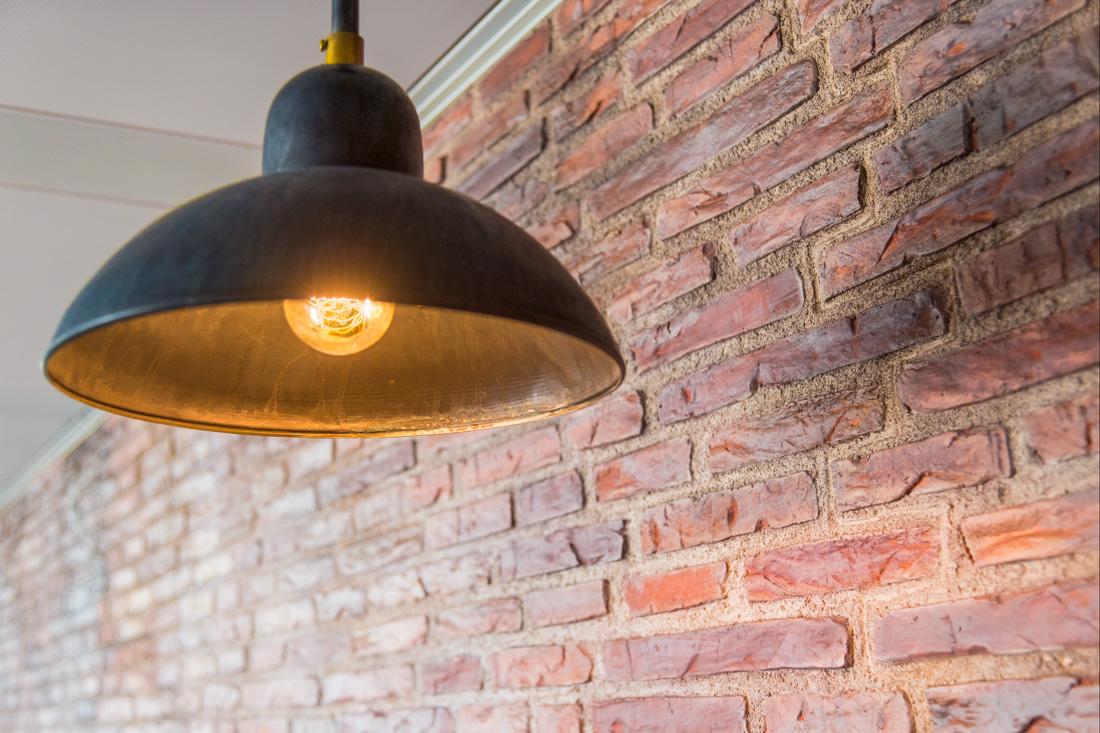 Patinierte Kupferlampe leuchtet golden
