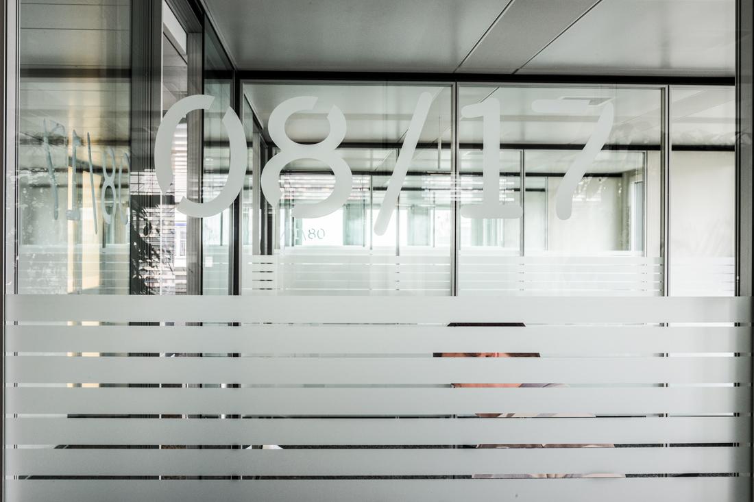 Glaswand mit aufgeklebter Kristallfolie als Sichtschutz