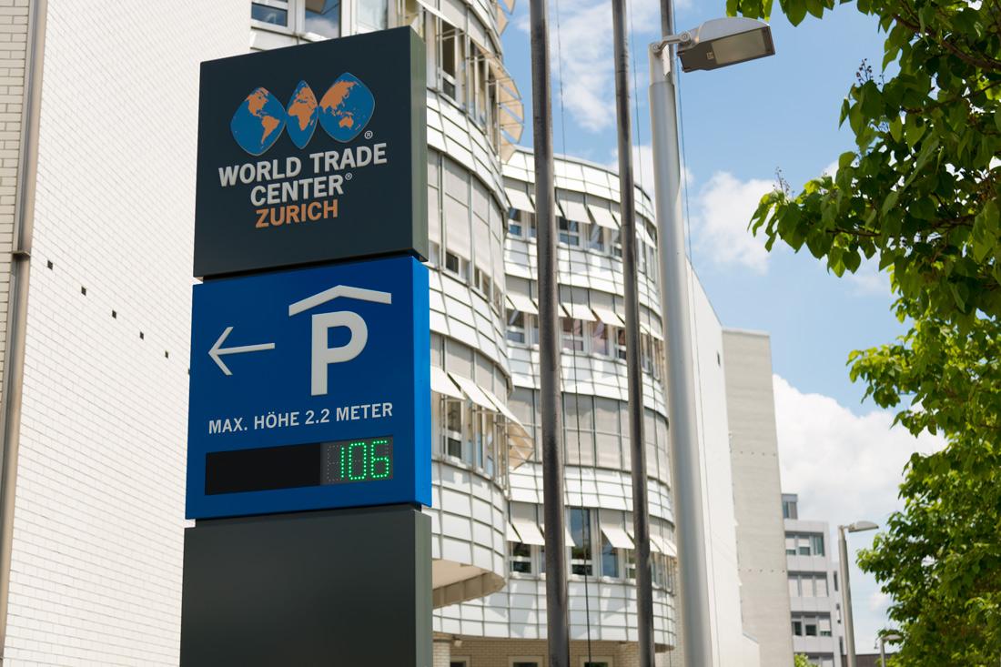 Stele mit Verkehrsleitsystem. Das Re-Branding von Beschriftungskonzept zieht sich durch, vom Eingang bis zur Toilette.
