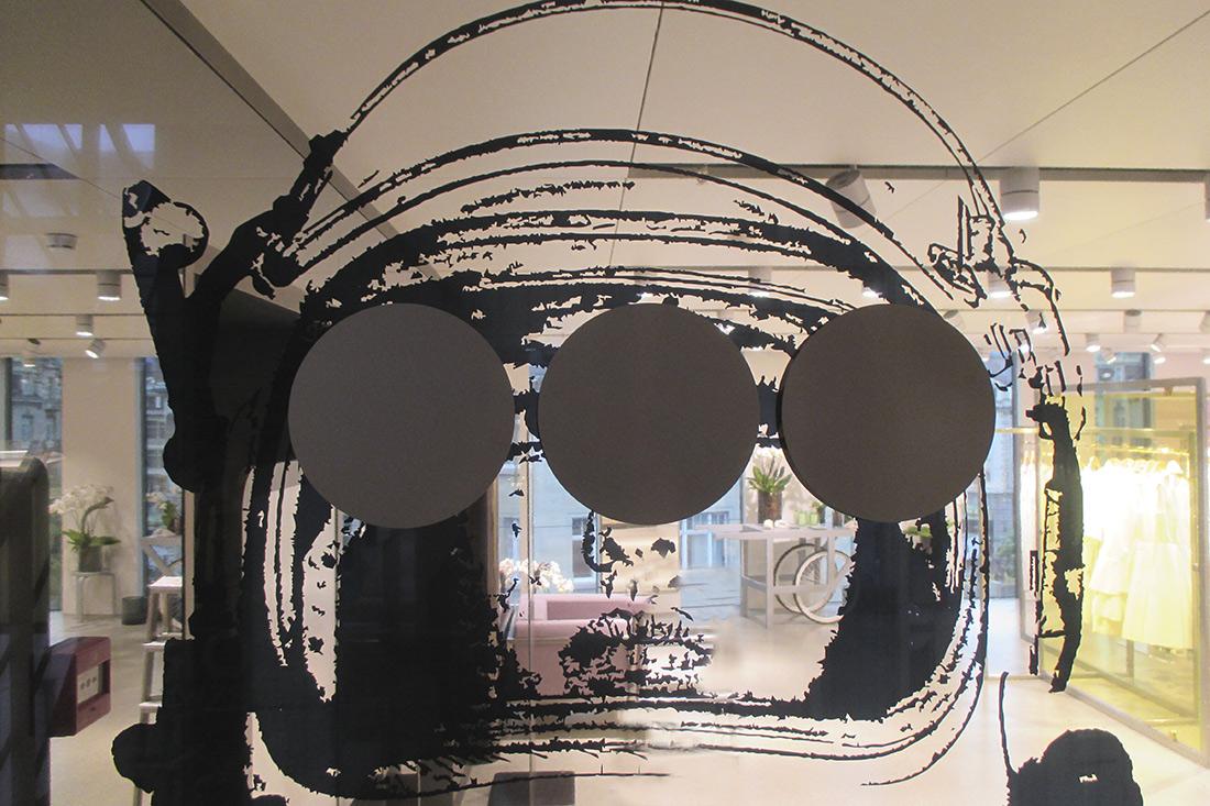 Glas Trennwand verbindet Kunst mit Signalisation