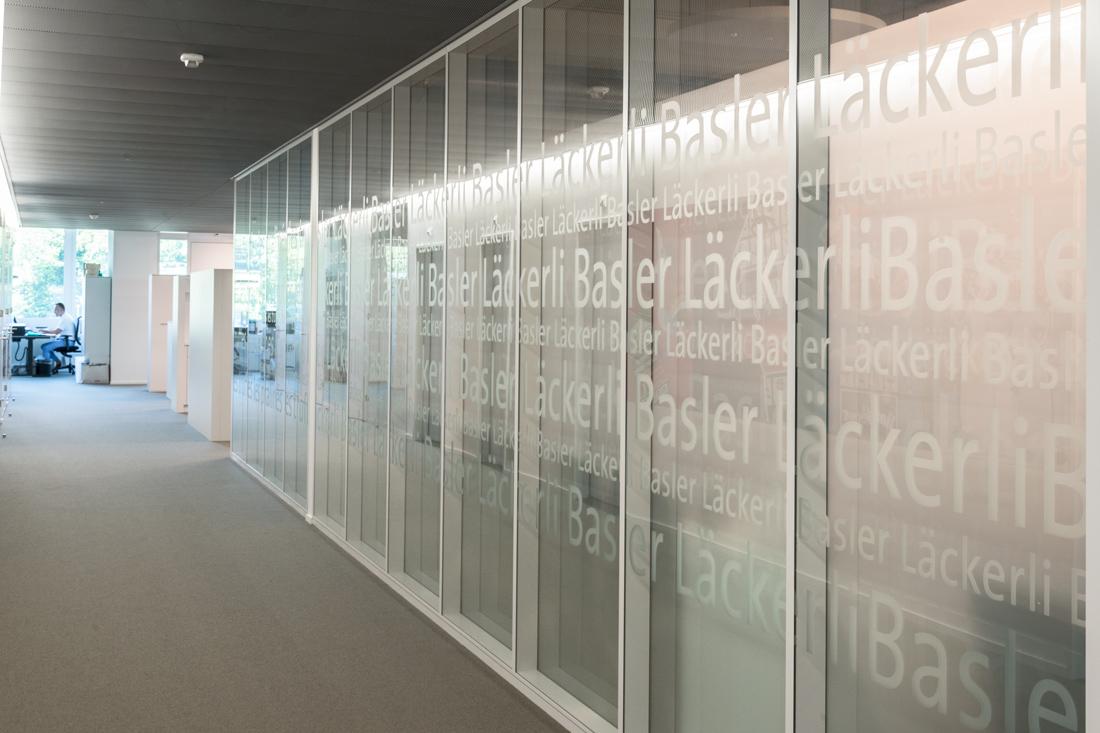 Slogan mit Transparent-Folien auf Glaswtrennwaenden als Sichtschutz der Sitzungszimmer