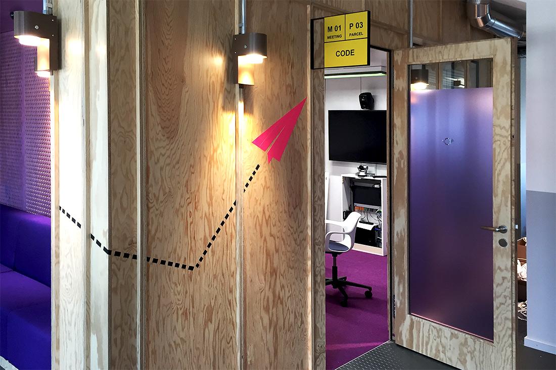 Buero der Zukunft: Sihlpost-Look mit gelben Stechschildern weisen den Weg zu den Meetingraeumen. Kombiniert mit Tapeart.