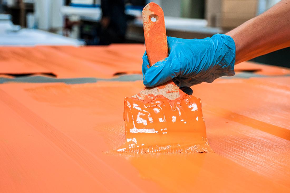 Anstrich der Theke in oranger Hauptfarbe