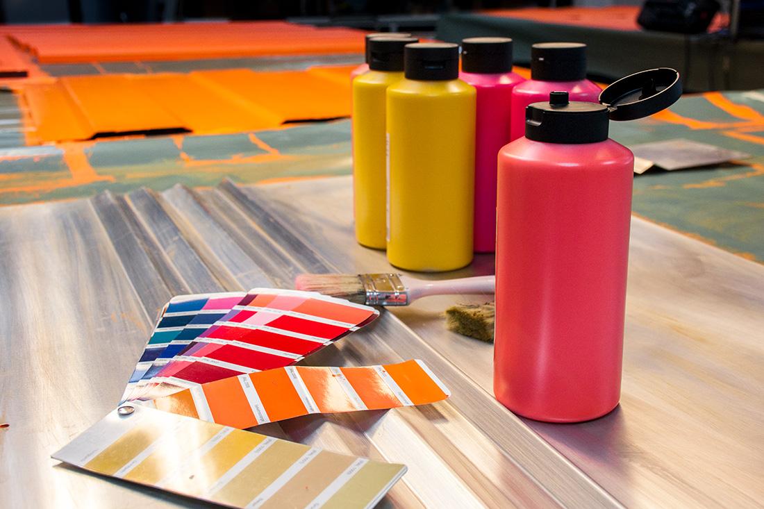 Pantone-Faecher fuer die Farbwahl der Vintage-Umsetzung