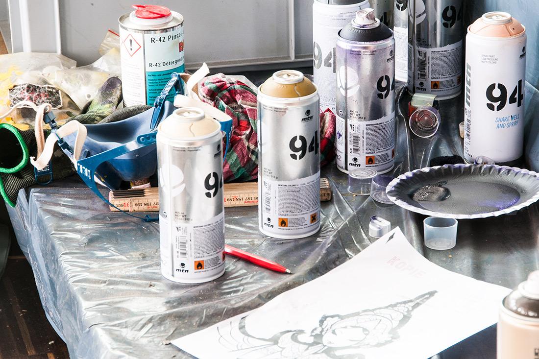 Spraydosen und Motiv-Vorlage fuer die Graffitis der Vintage-Umsetzung