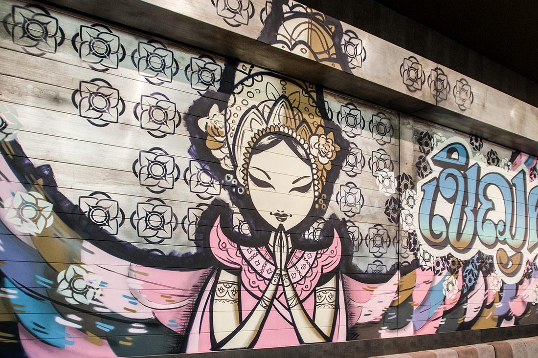 Garagenrolltor im used Asia-Look; mit betender Tempeltaenzerin, Lotusblumen und Schriftzuegen
