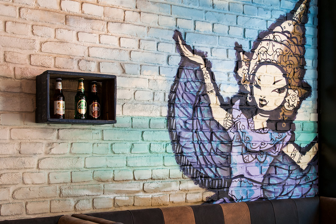 Bestrichene Mauerwand im Vintage-Look mit asiatischem Grafiti-Motiv