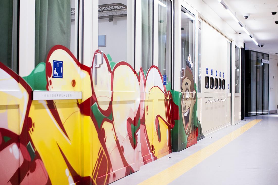 Office Branding IT-Sitzungszimmer: Zug-Wagons mit Graffiti-Schrift und Cartoon