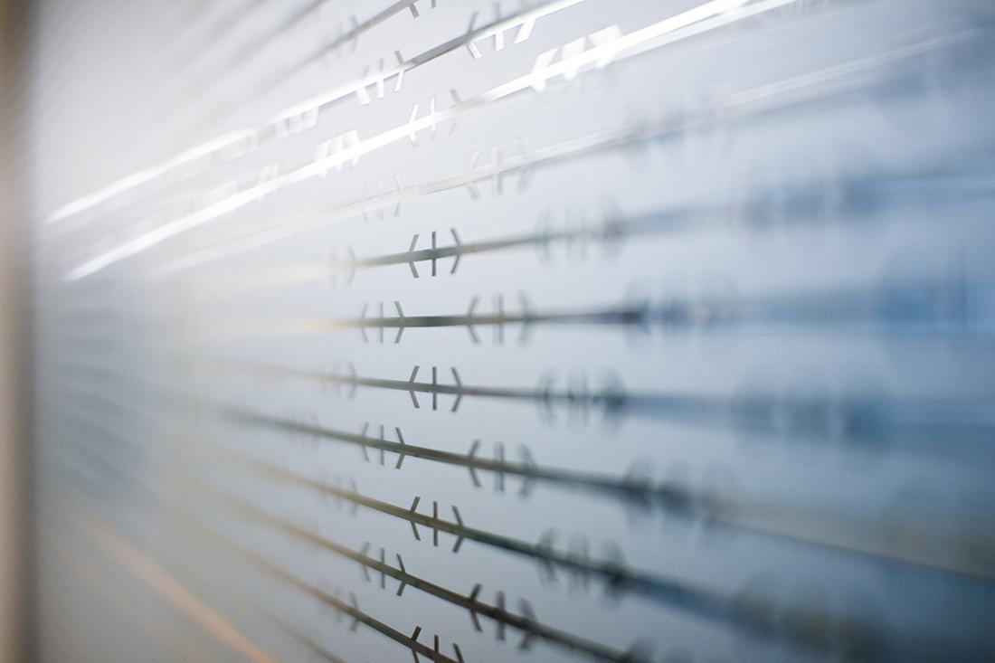 Attraktiver Glas-Sichtschutz fuer Sitzungszimmer: SBB-Logo matte und transparente Elemente