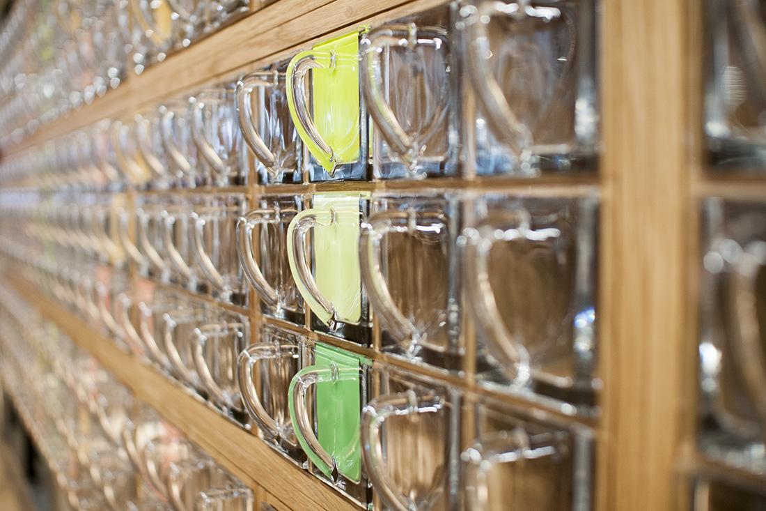 Nahaufnahme der Glasschuetten im Holzregal von MiXiT
