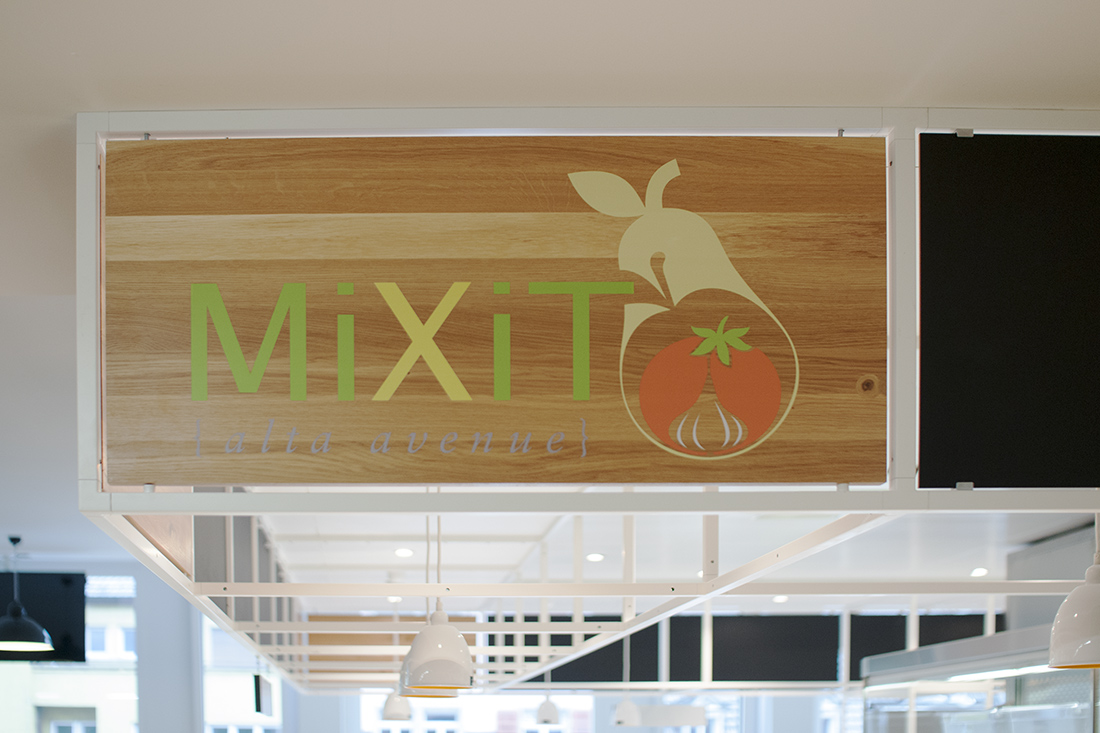 Beschriftete Holztafel im Branding der Company fuer Selbstbedienungsstation MiXiT