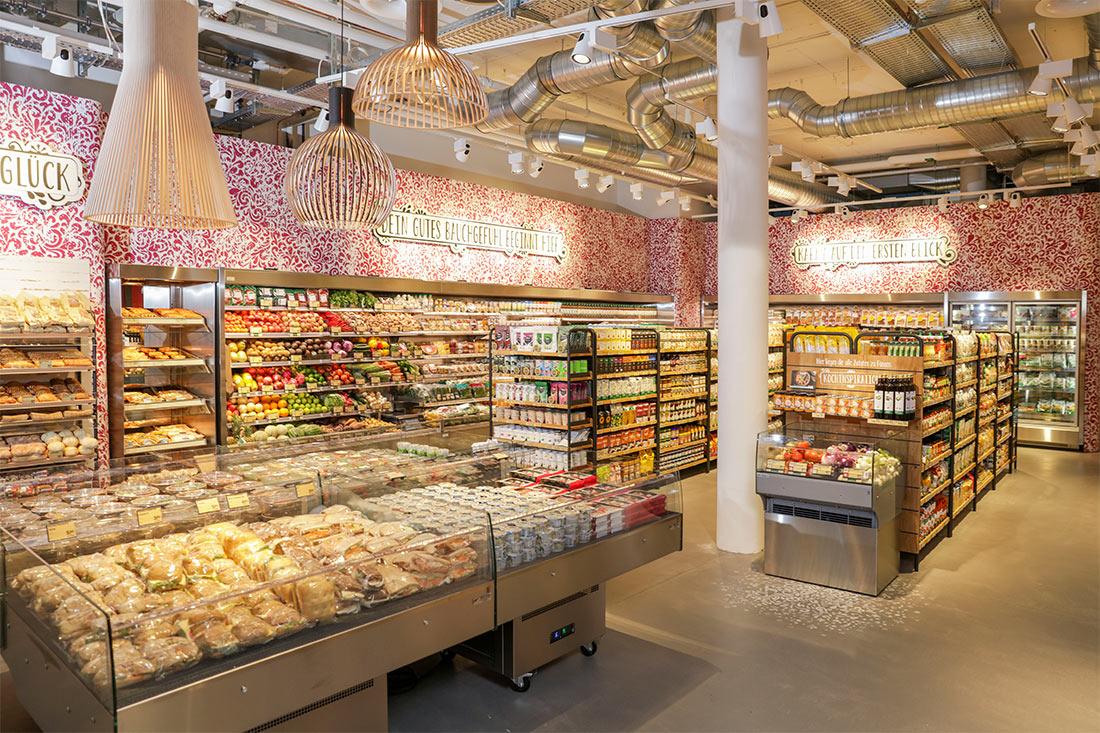 Ladengestaltung: Grossflächige Wandfront ist tapeziert, die Beschriftungen sind in 3-D, konturgefräst und mit Folien versehen