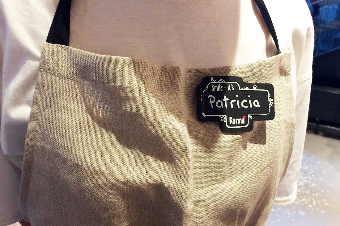 die persönlichen Namensschilder der Mitarbeitenden tragen die typische Handschrift von «Karma».