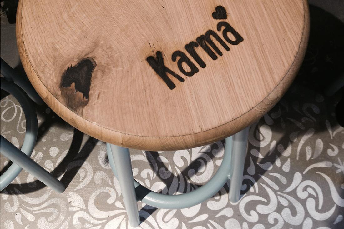 Das «Karma»-Logo verewigt auf Holzelementen wie Stühlen, Theken und Regalen mit einem Brandzeichen