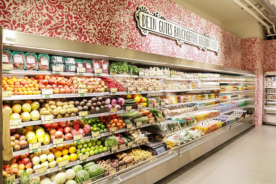 Die grossflächige Wandfront ist Tapeziert die Beschriftungen sind in 3-D, konturgefräst und mit Folien versehen