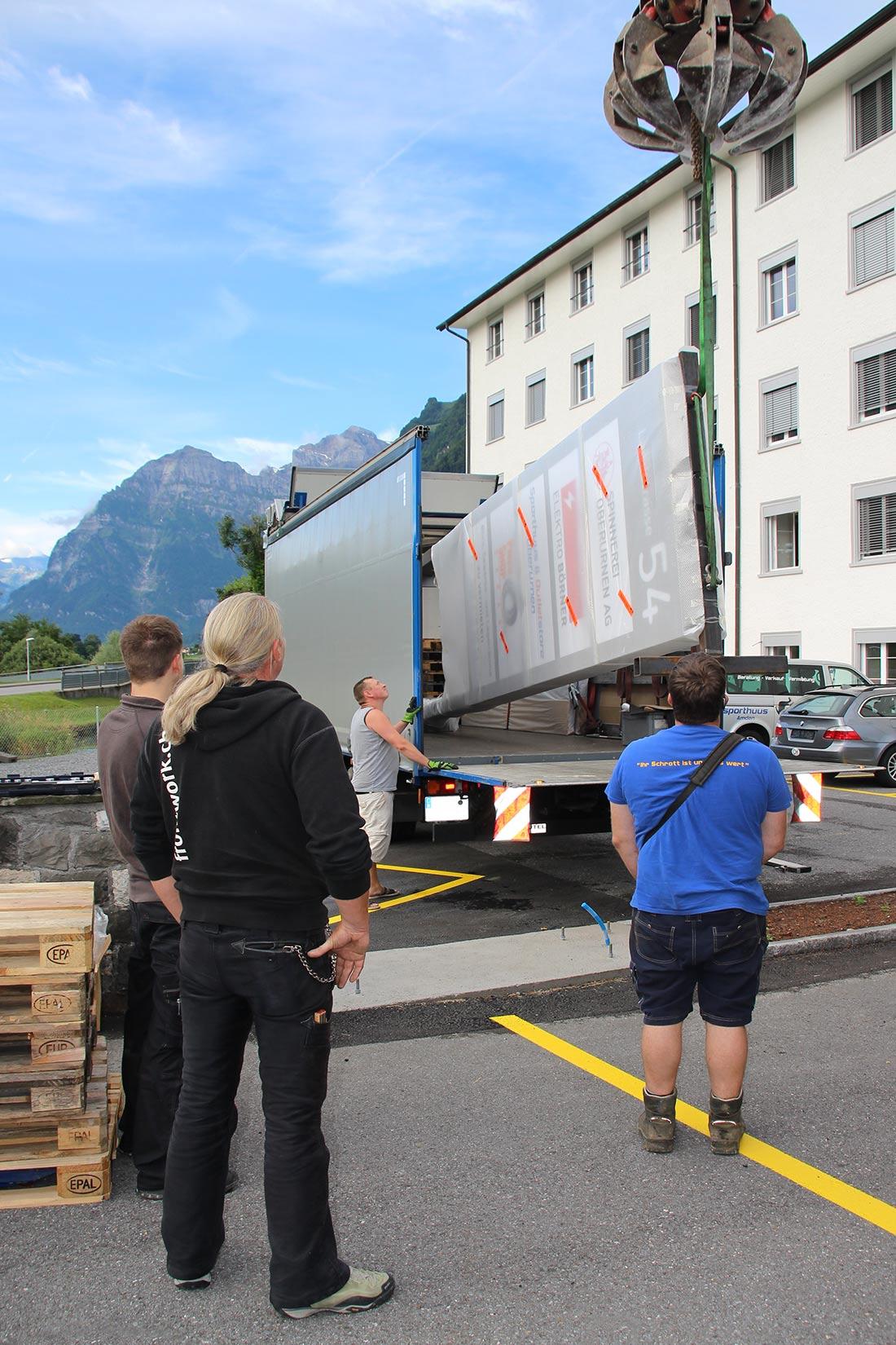 Riesen Stele wird mit einem Spezialfahrzeug Transportiert und vor Ort mit einem Kran aufgestellt.