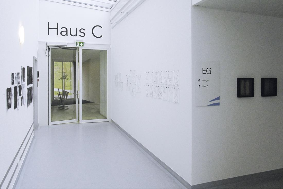 Wandbeschriftungen im Innenbereich fuer die Signalisation der Haueser der Klinik, hier Haus C