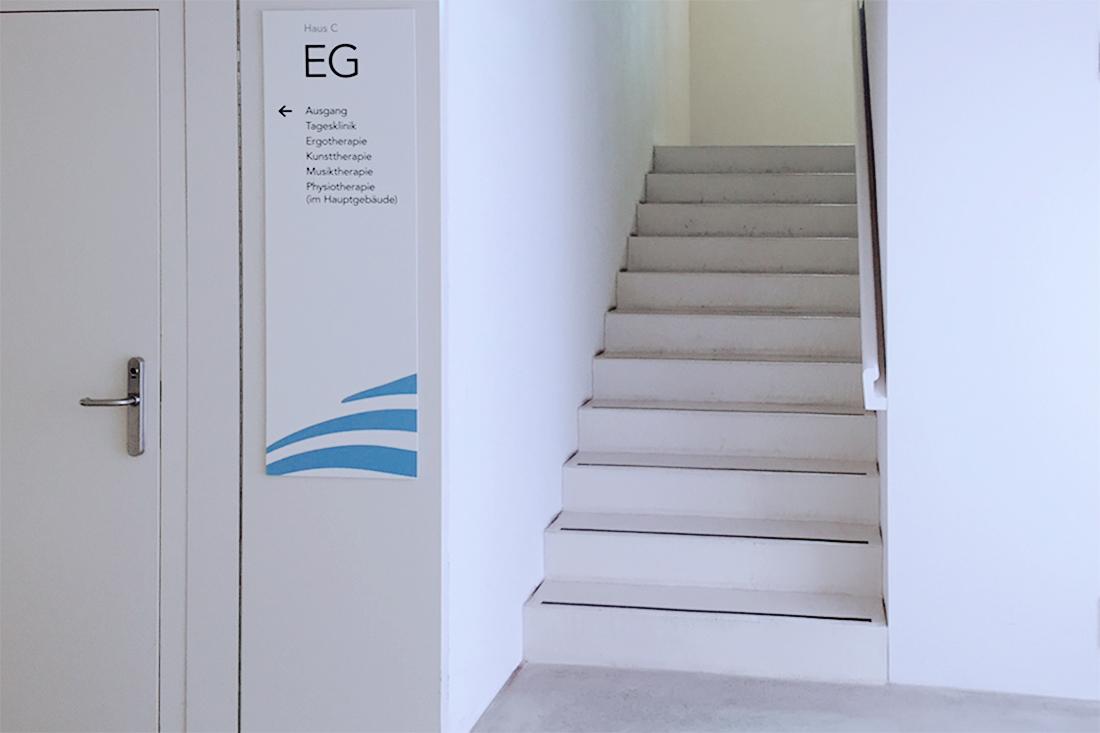 Innenbeschriftung im Treppenhaus: Orientierungsschild fuer die Wegweisung