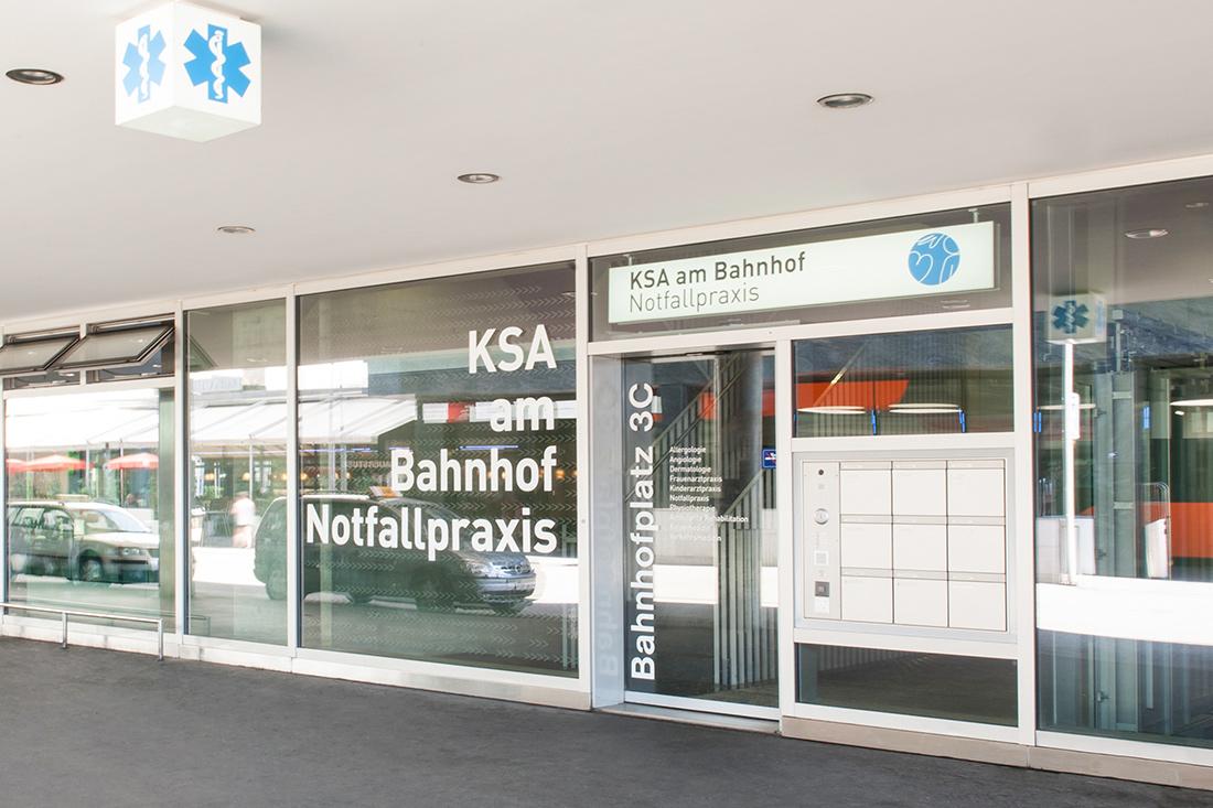 Komplexe Signaletik Kantonsspital Aarau: Der Leuchtkasten und die beschrifteten Schaufenster weisen den Weg zum Eingang.