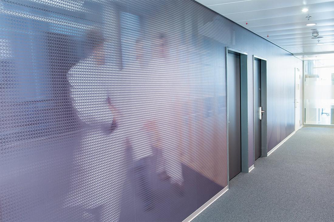 Komplexe Signaletik: Auffaellige grossflaechiger Wandfolie, mit ansprechendem Foto gehender Aerzte.