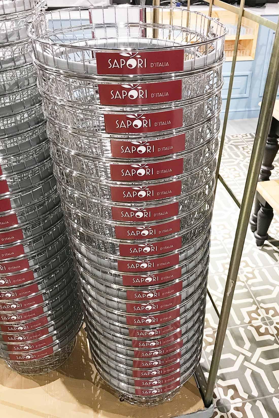 Marken-Konzept-Umsetzung Ladenbau: Runde Einkaufs-Koerbe im CD des Ladens