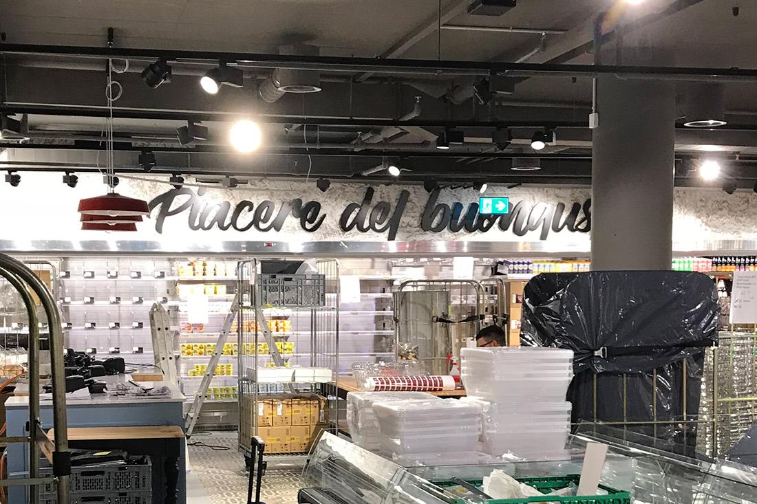 Der Laden im Aufbau mit leeren Regalen