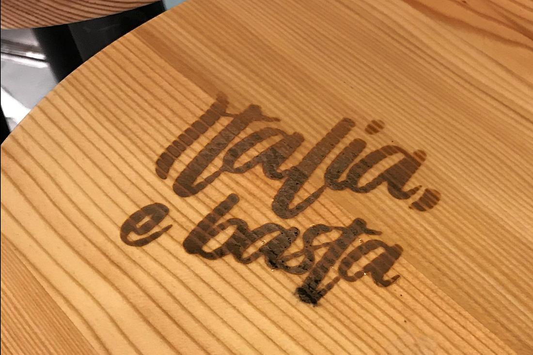 CD: umgesetzte Schrift - Italia e basta - als Brandzeichen auf dem Holz-Salontisch