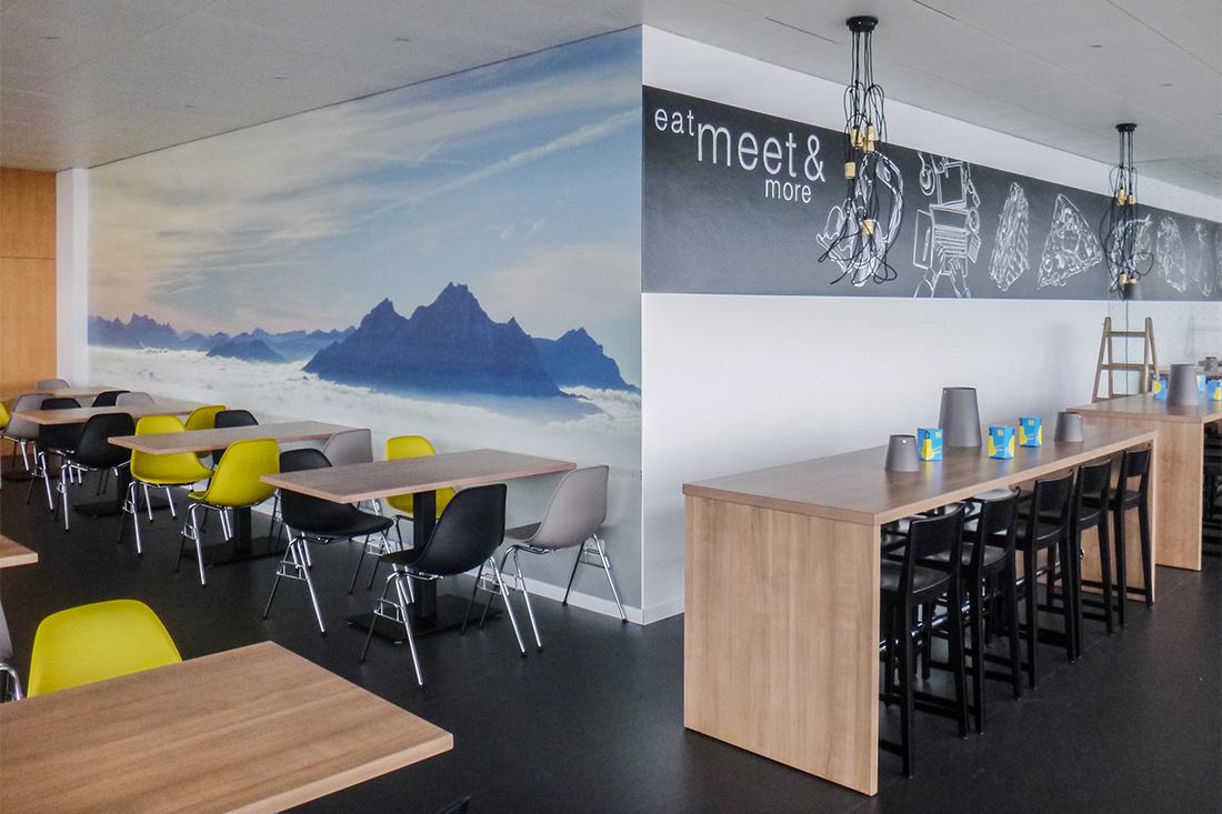 Grossflaechige Wandfolierung mit Tiefenwirkung im Essbereich, Tische mit Echtschieferfurnier - der frische Auftritt fuer die Suva-Restaurants