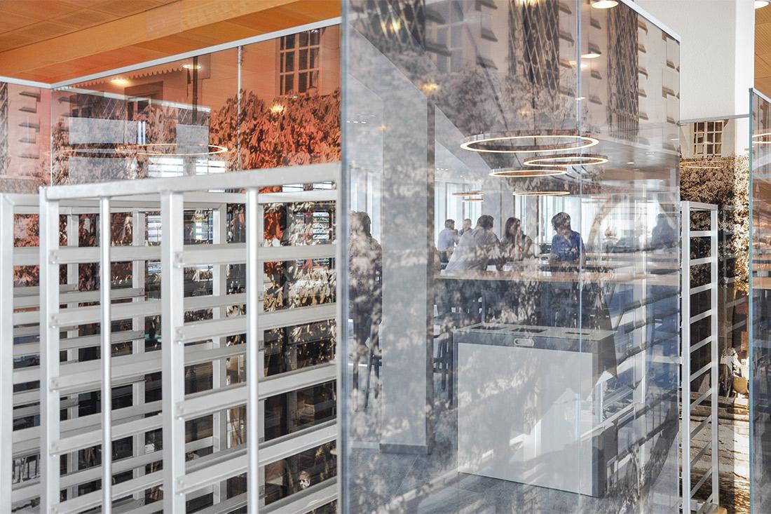 Glastrennwaende mit Luzern Motiv bei der Geschirr-Rueckgabe