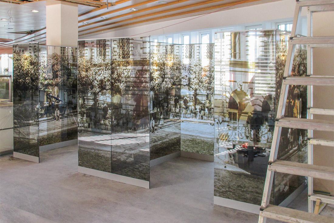 Wand-Akustikpanels als Raumtrenner mit Motiven der Stadt