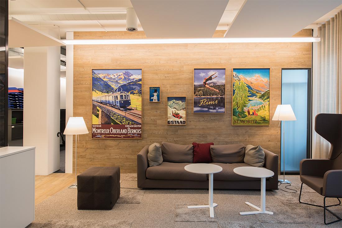 Nachher Bild der Holzwand mit dekorativen alten Swissness-Plakaten